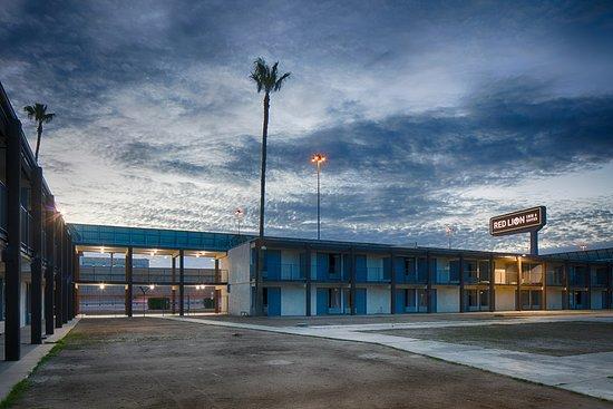 Red Lion Inn & Suites Tucson Downtown: Exterior Dusk