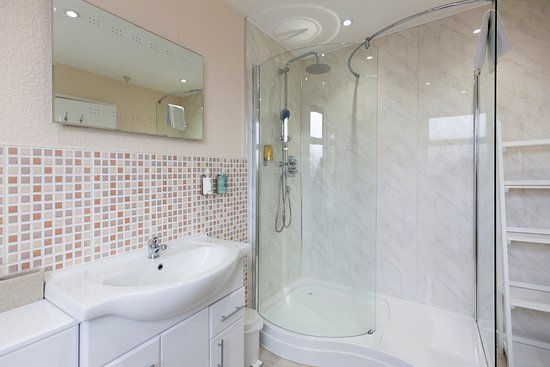 The Laurels B & B: Large Family Room ensuite, with walk-in shower