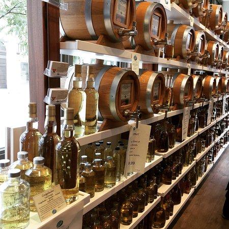 Madison, Wisconsin: Fantástica tienda! Dejan probar los licores, originales vasijas para regalo con vinagre, aceites