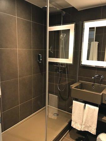 Moderne badkamer met goedwerkende douche - Picture of Novotel Berlin ...