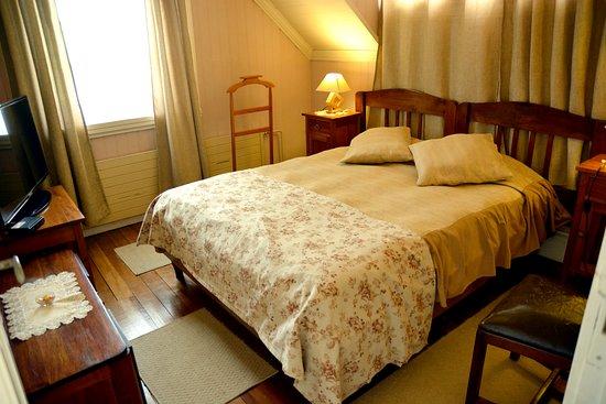Hotel y Departamentos El Castillo de Niebla: habitación principal cuádruple (casona)