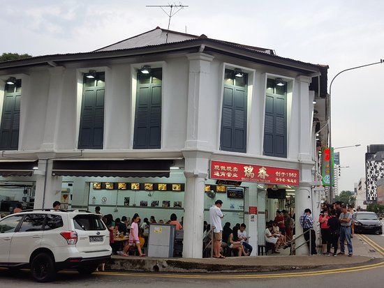 Swee Choon Tim Sum Restaurant : People queuing outside the restaurant.