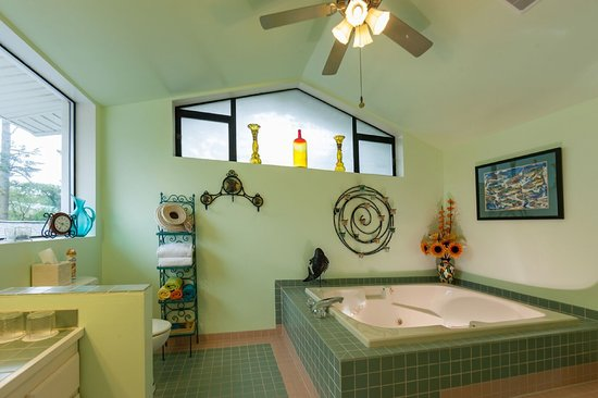 Hillside House Bed and Breakfast: Eagle's Nest Room's Private Bathroom