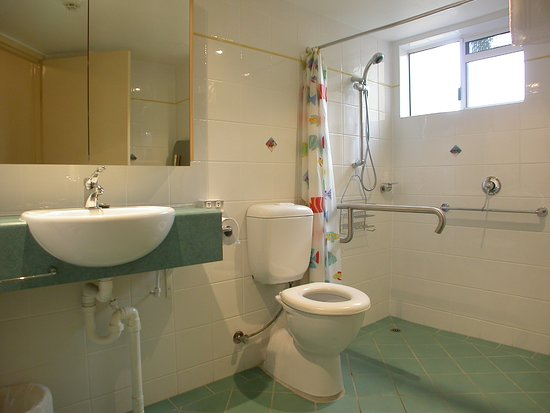 Regatta Riverfront Apartments: Accessible bathroom