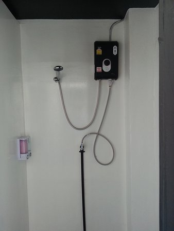 BE BACK Hostel: 浴室採用電熱水器,還備有沐浴乳