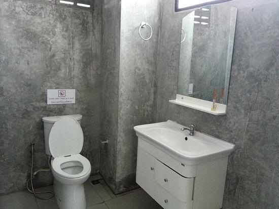 BE BACK Hostel: 洗手間乾淨明亮。