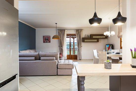 Adele, Grecia: Living room area with direct access to the veranda