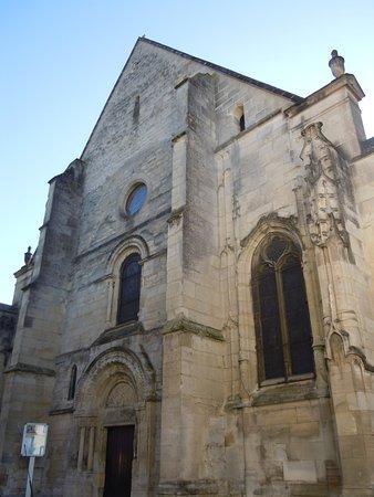 Louvres, France : L'église