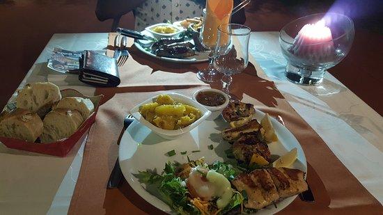 L' Antre Amis: Brochette saumon camarons et filet d'agneau