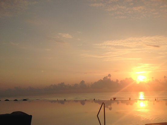 The Westin Lagunamar Ocean Resort Villas & Spa, Cancun: View from the pool area at sunrise - infinity pool y'all!