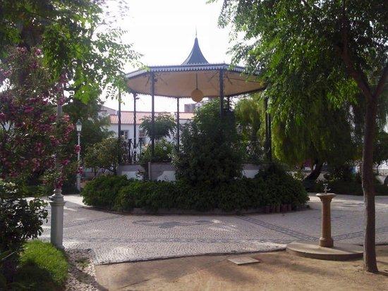Mourao, Portugal: Jardim da Praça Pública em Mourão