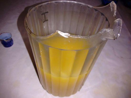 Ebora Hotel: jarra arrietada y rozada por mucho uso.