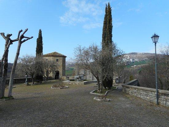 Frontino, Italie : piazzetta adiacente all'albergo