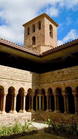 L'Estany, Ισπανία: claustro y torre campanario sobre el crucero