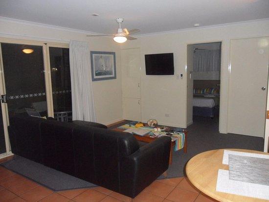 Rainbow Getaway Holiday Apartments: Sitting room with bedroom beyaond