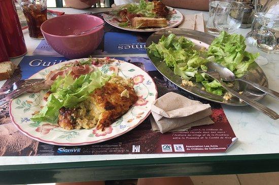 Guillaumes, France: Délicieuse tarte accompagnée de bonnes charcuteries et salade, le tout fait maison