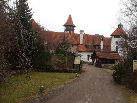Unhošť, Česká republika: Areál hradu v němž se nachází restaurace vybavená jako Stročeská krčma