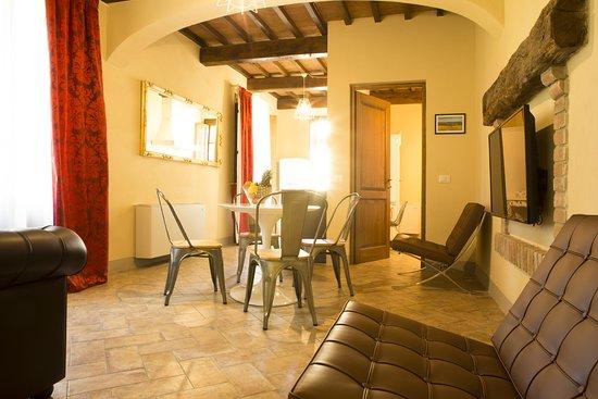 salotto sala da pranzo appartamento 2 camere 2 bagni - Picture of ...