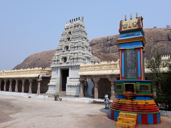 Vizianagaram, Indien: View of stupa and gopuram with back drop of the rock hill