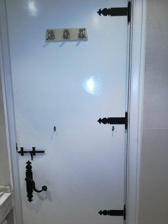 Hotel Temple Ponferrada: PUERTA DEL BAÑO