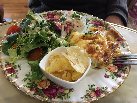 Ye Olde Steppes: Quiche with chips, coleslaw and salad