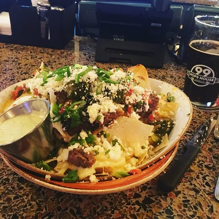 Riverside, MO : 99 Hops House - nachos very good at the pubbar, while watching March Madness