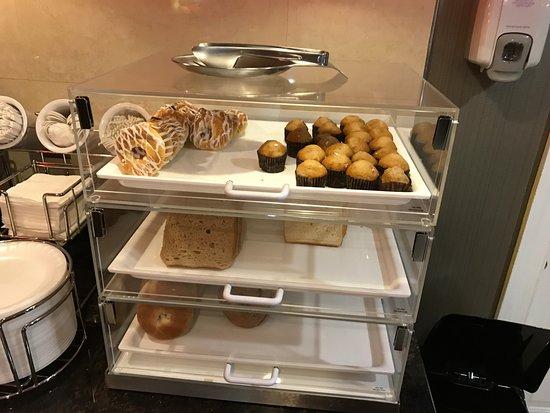 لا كوينتا إن والدورف: pastries at breakfast