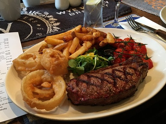 Eardisley, UK: Johnny Morris 28 day aged sirloin steak, with chips, onion rings, mushrooms and cherry tomatoes