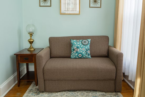 Aldrich Guest House: Room 2 - Love seat pulls out into a twin sized sleeper