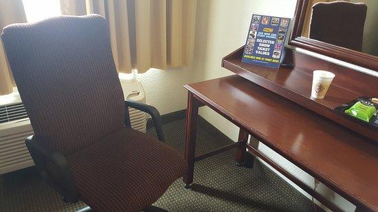 Camden Hotel & Conference Center: Desk area