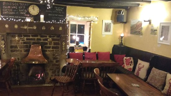 Wetton, UK: Cosy (only empty as it was closing time!)