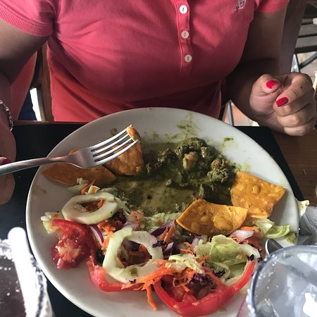 """Sunset Cafe: La estafa más grande en comida, este plato es un """"mar y tierra"""" con camarones casi invisibles. P"""