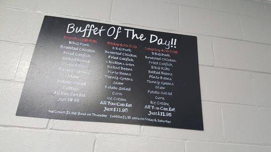 Fyffe, AL: Buffet starts for dinner time.