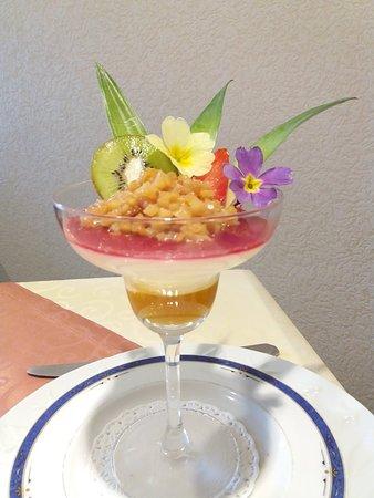 Matignon, فرنسا: Panna cottage de chocolat blanc et coulis passion ,compotée d ananas au Rhum des îles
