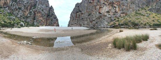 Sa Calobra, Spain: ... aus dem Torrent im Flussbett wandernd die letzten Meter bevor der Blick frei wird aufs Meer.