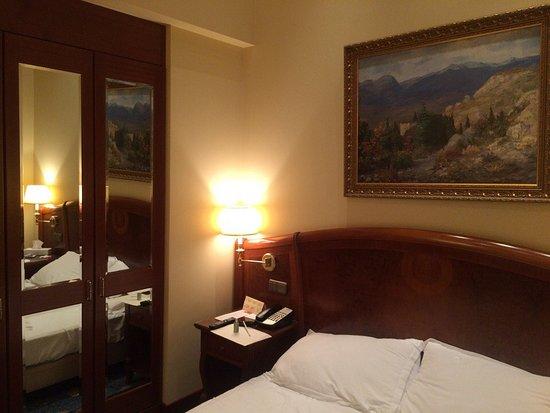 Premier Palace Hotel: Да, а еще система с выключателями - никогда не угадаешь, какой какую лампу выключает.