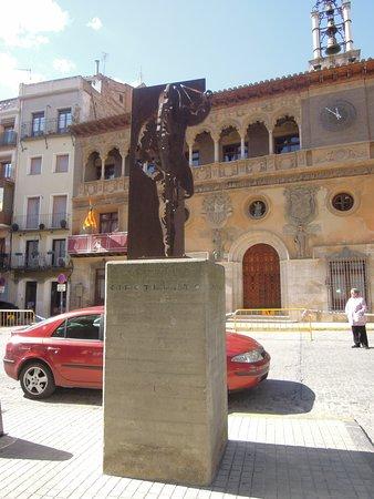 Ayuntamiento de Tarazona: Ayuntamiento junto a monumento a lCipotegato
