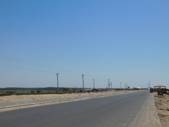 Porbandar District, Indien: The highway next to the beach