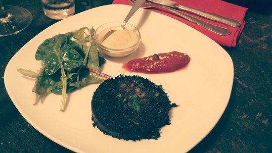 Boudin noir au piment espelette juste snaké et condiments