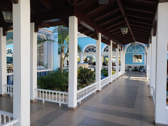 Grand Memories Santa Maria: Hall from Lobby to Buffet area