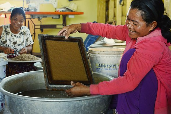 Siem Reap, Cambodja: making banana paper