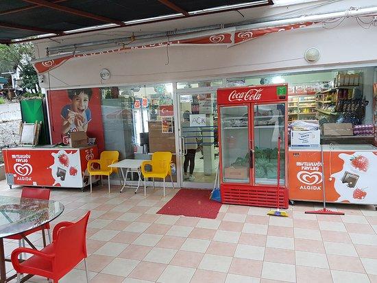 Karaoz, Turkiet: Магазинчик в двух шагах от пансиона Gelidonya