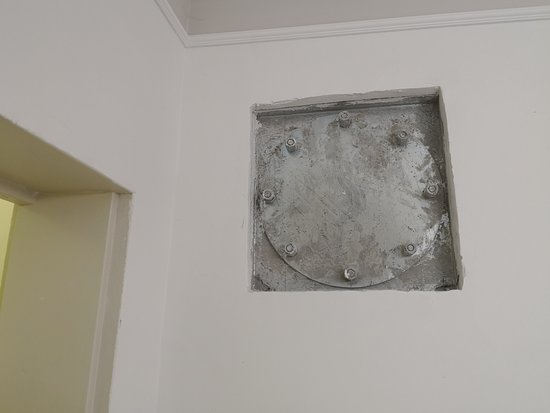 Jaffa 60 Apartments: hole in the wall