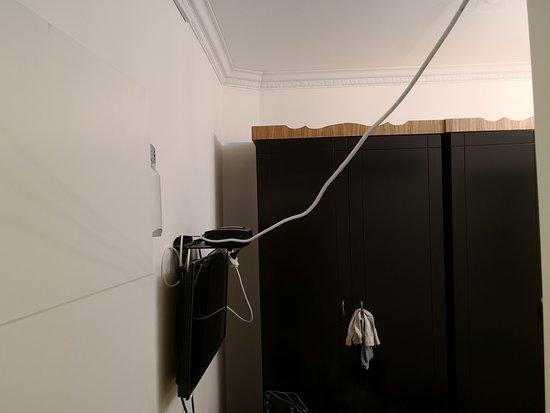 Jaffa 60 Apartments: wires