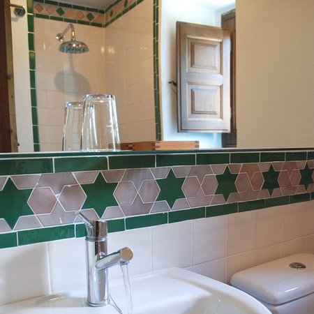 Pitres, إسبانيا: Rainshower in bathroom decorated with hand-made tiles