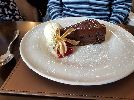 Fenstanton, UK: Chocolate torte with ice cream