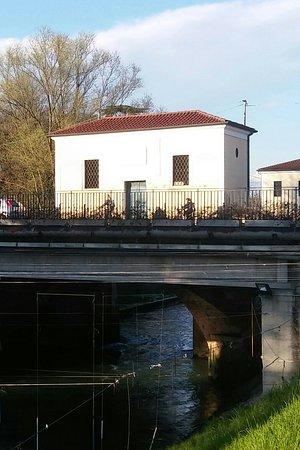 Limena, Italië: Parte del complesso lungo la S.S. 47 vista da piazza Diaz