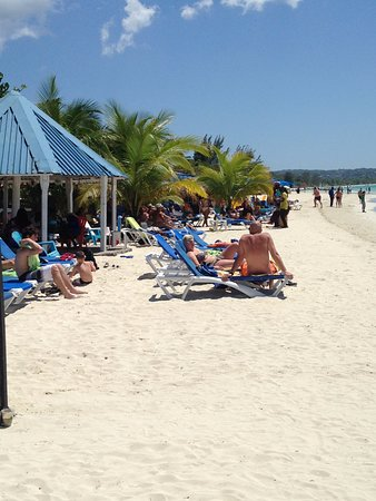 Seven Mile Beach: #NEGRIL sunny day on the beach