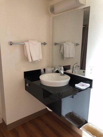 Motel 6 Twin Falls: Nice bathroom