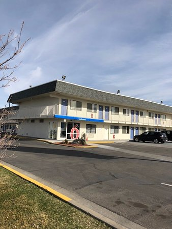 Motel 6 Twin Falls: A shot of the front building